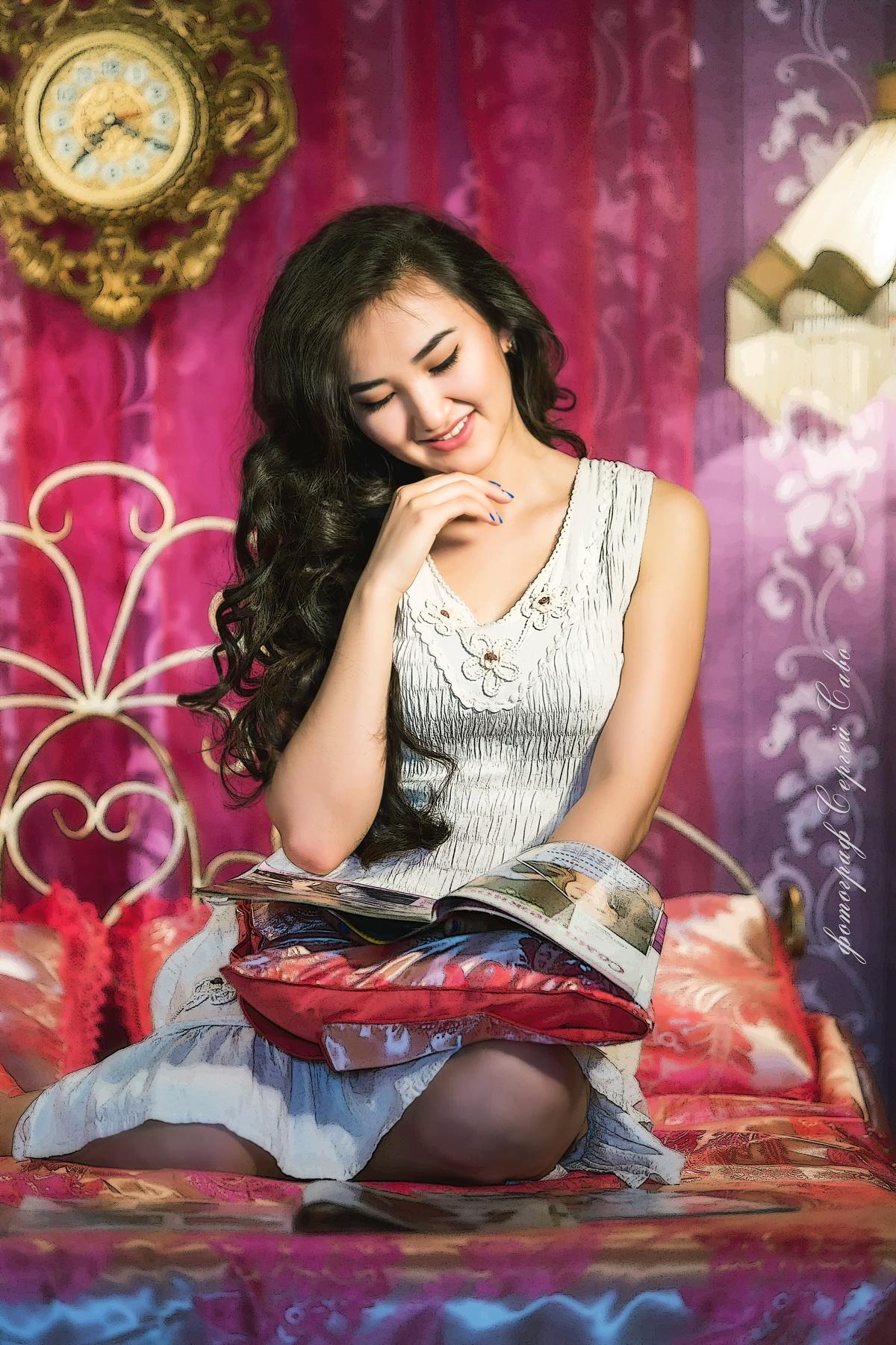 Фотосессия девушки с журналом