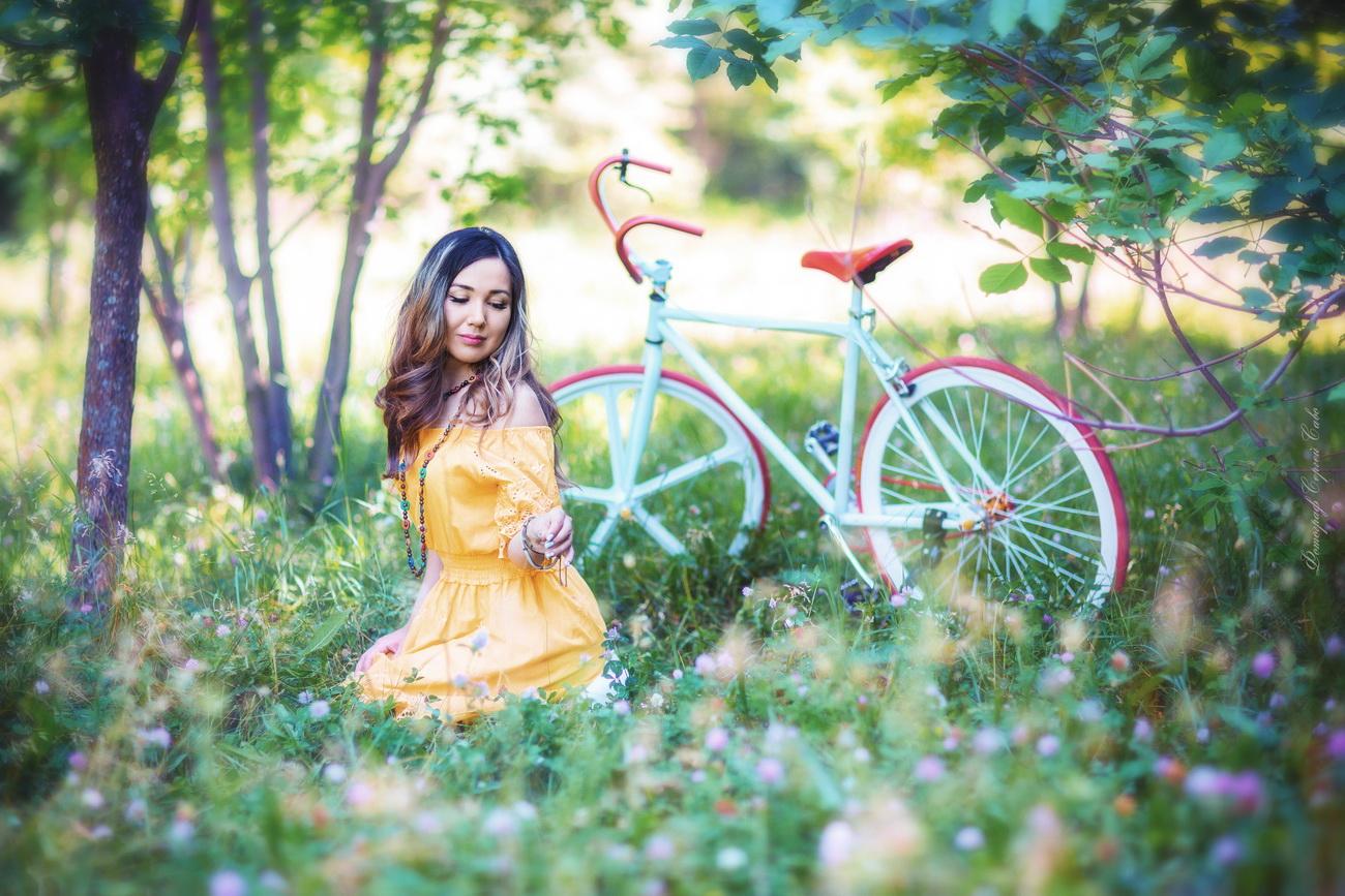 портрет девушки с велосипедом